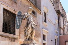 圣迈克尔在古老Castel Sant `安吉洛,罗马,意大利的天使雕塑 库存图片