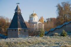 圣迈克尔大教堂的看法在10月霜的Pechory,俄罗斯圣洁Dormition Pskovo-Pechersky修道院里 免版税库存照片
