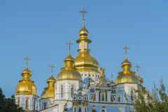 圣迈克尔大教堂金黄圆顶在基辅,乌克兰 圣迈克尔的金黄半球形的修道院-著名教会复合体在基辅, Ukr 免版税库存图片