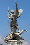 圣迈克尔天使充分的身体雕塑左边 免版税库存照片