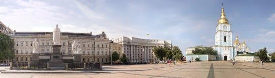 圣迈克尔的修道院和奥尔加公主纪念碑 免版税库存图片