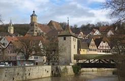 圣迈克尔的教会、河科赫尔河和桥梁,施韦比施哈尔县,巴登-符腾堡州,德国- 2013年12月 库存照片