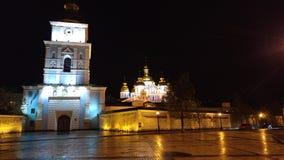 圣迈克尔的金黄半球形的修道院在多雨夜 免版税库存照片