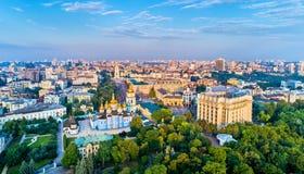 圣迈克尔金黄半球形的修道院、外交部和圣徒索菲娅大教堂空中全景在基辅 库存照片