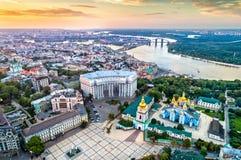 圣迈克尔金黄半球形的修道院、外交部和第聂伯河鸟瞰图在基辅,乌克兰 免版税库存图片