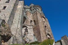 圣迈克尔` s修道院的前面片段在Val di苏萨 山麓 意大利 免版税图库摄影
