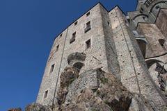圣迈克尔` s修道院的前面片段在Val di苏萨 山麓 意大利 免版税库存图片