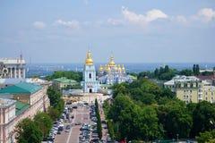圣迈克尔` s金黄半球形的修道院的看法在一晴朗的6月天 基辅 免版税库存图片