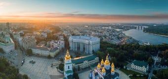 圣迈克尔` s金黄半球形的修道院鸟瞰图在基辅 库存图片