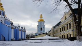圣迈克尔` s金黄半球形的大教堂钟楼在基辅 免版税图库摄影