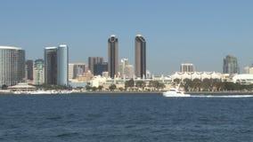 圣迭戈港口小游艇通过在距离的地平线航行 股票录像