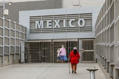 圣迭戈,美国,05/04/2016 与墨西哥的美国边界,对护照管制的入口从美国边 免版税图库摄影