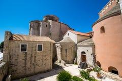 从圣阿纳斯塔西娅教会钟楼观看的St多纳特教会在扎达尔,克罗地亚 库存照片