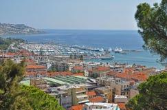 圣雷莫,意大利,小游艇船坞的吹嘘的看法全景  免版税库存图片