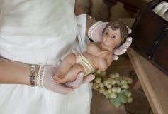 圣餐女孩的手的细节 免版税库存照片