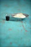 圣餐杯和盘子有薄酥饼的 库存图片
