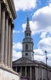 圣马丁在这领域教会在特拉法加广场附近的 伦敦 库存照片