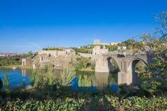 圣马丁桥梁和托莱多市 免版税库存图片
