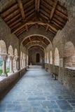 圣马丁du Canig罗马式修道院的被成拱形的走廊  免版税库存图片