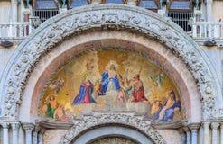 圣马克在圣马克` s正方形的` s大教堂门面在威尼斯 免版税库存照片