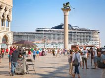 圣马克广场的游人在威尼斯和游轮MSC Preziosa 免版税库存照片