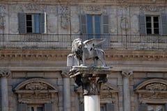 圣马克的狮子,威尼斯共和国的标志一根白色大理石柱的在百草广场在维罗纳 库存照片