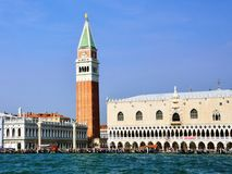 圣马克的钟楼和共和国总督的宫殿在威尼斯 免版税图库摄影