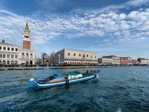 圣马克的钟楼和推托的宫殿在威尼斯-意大利 免版税库存照片