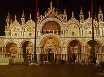 圣马克罗大教堂在威尼斯在晚上 免版税库存照片