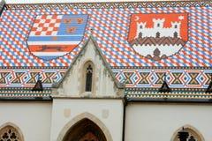 圣马克萨格勒布・克罗地亚和徽章教会在上面的 免版税库存照片
