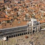 从圣马克` s塔的看法在圣马克` s的正方形的威尼斯老镇 免版税库存图片