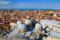圣马克` s大教堂圆顶的看法在威尼斯,意大利 库存照片