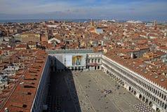 圣马克` s正方形圣马可广场的鸟瞰图从圣马克` s钟楼钟楼的在威尼斯 免版税库存图片