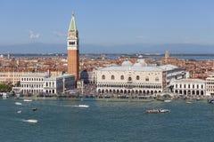 圣马克` s钟楼和哥特式共和国总督` s宫殿圣马可广场的,威尼斯,意大利 免版税图库摄影