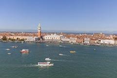 圣马克` s钟楼和哥特式共和国总督` s宫殿圣马可广场的,威尼斯,意大利 库存照片