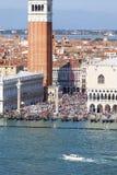圣马克` s钟楼和哥特式共和国总督` s宫殿圣马可广场的,威尼斯,意大利 免版税库存照片