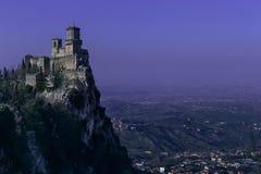圣马力诺在黄昏的堡垒风景 紫色夜空 免版税库存图片