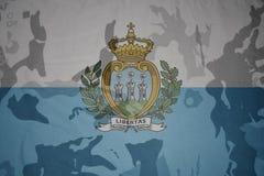圣马力诺的旗子卡其色的纹理的 装甲攻击机体关闭概念标志绿色m4a1军用步枪s射击了数据条工作室作战u 免版税库存图片