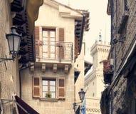圣马力诺,圣马力诺- 2017年7月10日:一个石房子的设计有窗口和阳台的 图库摄影