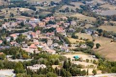 圣马力诺,圣马力诺- 2017年7月10日:从看法的顶端看法在有红色屋顶的房子 免版税库存图片