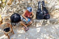 圣马力诺,圣马力诺- 2017年7月10日:有一台不熟悉的仪器的一位街道音乐家 库存照片