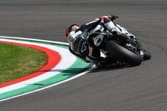 圣马力诺,意大利- 5月12 :在WSBK期间qualifyng会议的特别是霍尔迪托里斯BMW S 1000 RR蜀癸属植物BMW赛跑的队在伊莫拉 库存照片