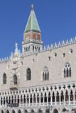 圣马可广场和圣马克的钟楼的,威尼斯,意大利共和国总督的宫殿 免版税库存照片