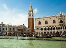 圣马可广场看法从小船的 威尼斯 意大利 免版税库存图片