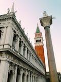 圣马可广场,钟楼的有趣的看法和 免版税图库摄影