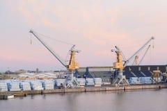圣马洛湾,法国- 2016年11月27日:口岸在圣马洛湾,船货箱 免版税库存照片