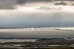 圣马特奥海沃德桥梁和有雾的旧金山半岛,加利福尼亚,美国 免版税库存照片