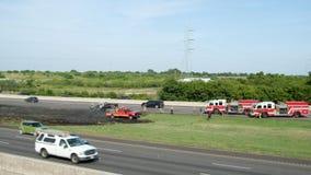 圣马科斯,得克萨斯- 2018年7月22日-反应在火的一辆卡车的消防队员在有仍然烧und的火焰的高速公路 股票录像