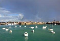 圣马洛湾、小船和轮渡码头每天阴沉的坏天气(布里坦尼法国) 免版税库存图片