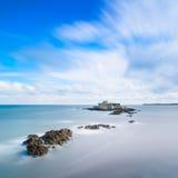 圣马洛湾堡垒国民和岩石,大浪。布里坦尼,法国。 库存照片